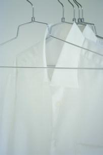 ハンガーにかかった白シャツの写真素材 [FYI03228798]