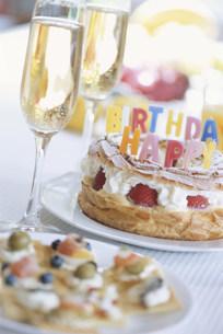 誕生日用のシャンパンやケーキやカナッペ等の写真素材 [FYI03228803]