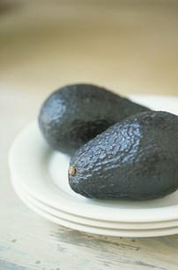 皿の上のアボカド2個の写真素材 [FYI03228814]