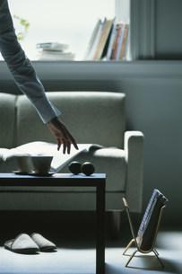 テーブルの上のライムに手を伸ばす様子の写真素材 [FYI03228815]