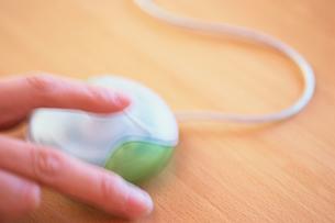 マウスを動かす手の写真素材 [FYI03228854]