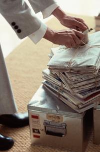 紐で縛った新聞と雑誌の写真素材 [FYI03228857]