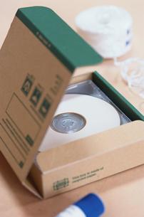 箱の中のディスクの写真素材 [FYI03228861]
