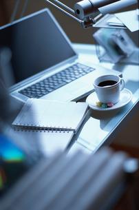 デスクの上のノートパソコンとコーヒーの写真素材 [FYI03228870]