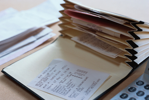 レシートとファイルケースの写真素材 [FYI03228871]
