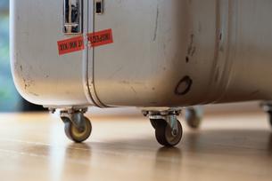スーツケースのタイヤの写真素材 [FYI03228877]