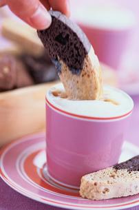 ケーキとピンクのカップに入ったカプチーノの写真素材 [FYI03228970]