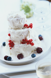 三段重ねのベリーの生ホールケーキの写真素材 [FYI03228989]