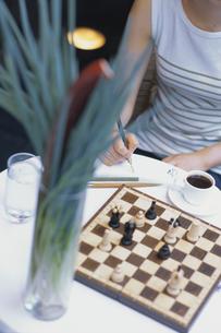 チェスと女性の写真素材 [FYI03228996]