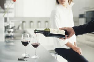 ワインを2つのグラスに注ぐ男性の手元の写真素材 [FYI03229003]