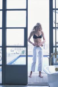 プールと外国人女性の写真素材 [FYI03229044]