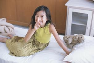 ベットの上の女の子の写真素材 [FYI03229045]