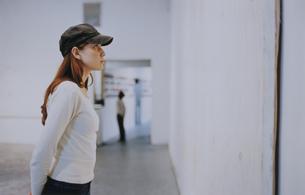 ギャラリーで絵を見る外国人女性の写真素材 [FYI03229051]