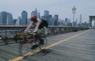 橋の上をバイクで走る人のシルエットの写真素材 [FYI03229052]