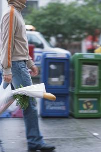 男性の持った買い物袋の写真素材 [FYI03229060]