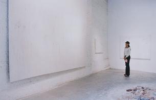 ギャラリーで作品を見る外国人女性の写真素材 [FYI03229061]