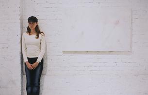 ギャラリー作品の横に立つ外国人女性の写真素材 [FYI03229062]