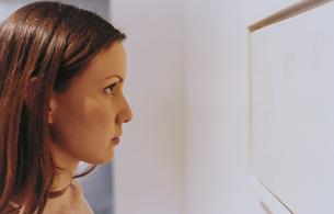 ギャラリーで作品を見る外国人女性の写真素材 [FYI03229066]