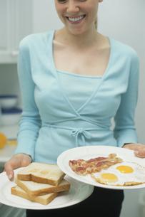 キッチンと外国人女性の写真素材 [FYI03229072]