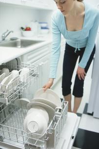 キッチンと外国人女性の写真素材 [FYI03229073]