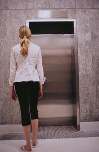 扉の前の外国人女性後ろ姿の写真素材 [FYI03229075]