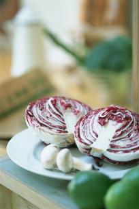 お皿の上のマッシュルームと赤キャベツの写真素材 [FYI03229112]