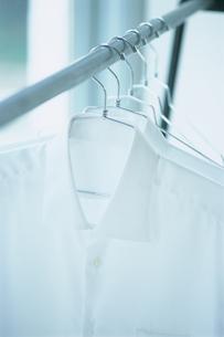 ハンガーに掛けた白いシャツの写真素材 [FYI03229116]