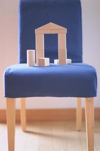 積み木の置かれた青い椅子の写真素材 [FYI03229122]