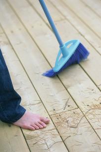 床を掃除をする人の素足の写真素材 [FYI03229158]
