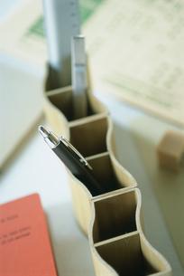 波形のペン立てとボールペンの写真素材 [FYI03229160]