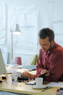 オフィスの男性の写真素材 [FYI03229247]