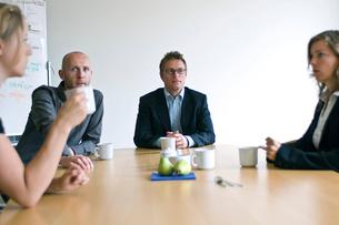 会議室の2人の男性と2人の女性の写真素材 [FYI03229380]