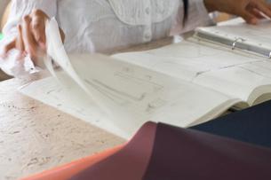デザイン画を見る女性の写真素材 [FYI03229423]