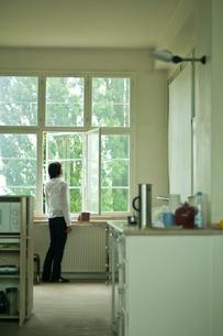 窓辺の女性の写真素材 [FYI03229432]