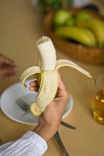 バナナを持つ女性の手元の写真素材 [FYI03229444]
