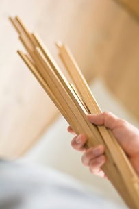 木の棒を持つ男性の手元の写真素材 [FYI03229458]