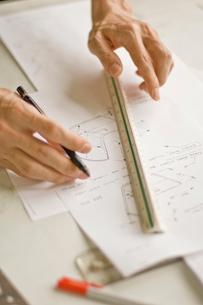 デザイン画を書く男性の手元の写真素材 [FYI03229470]