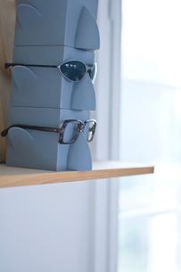 メガネ置きとメガネの写真素材 [FYI03229473]