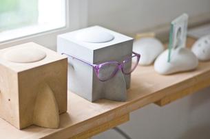 メガネ置きとメガネの写真素材 [FYI03229479]