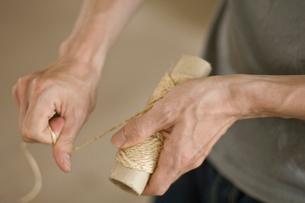 縄を引く男性の手元の写真素材 [FYI03229481]