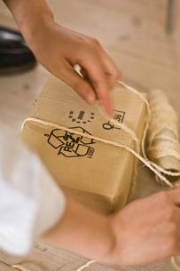 箱に縄をかける男性の手元の写真素材 [FYI03229488]