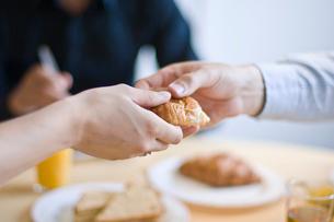 パンを手渡す男性と女性の手元の写真素材 [FYI03229505]