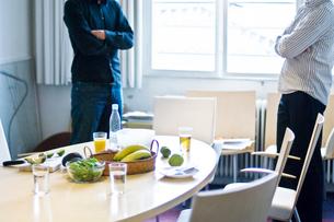 2人の男性と軽食の写真素材 [FYI03229512]