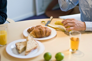 軽食を摂る男性の手元の写真素材 [FYI03229513]