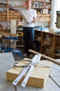 作業場の工具と男性の写真素材 [FYI03229523]