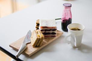 サンドイッチとコーヒーの写真素材 [FYI03229558]