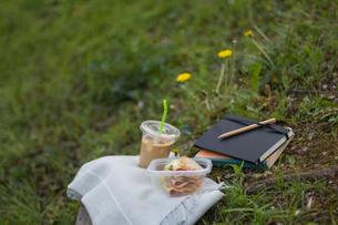 コーヒーとサンドイッチの写真素材 [FYI03229600]