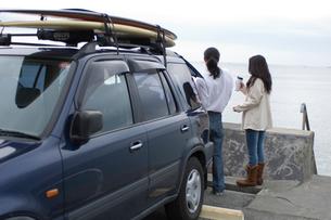 サーフボードと車とカップルの写真素材 [FYI03229634]