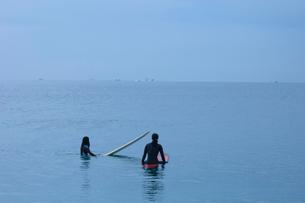 サーフィンをするカップルの写真素材 [FYI03229658]