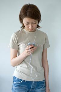 MP3プレーヤーと女性の写真素材 [FYI03229765]